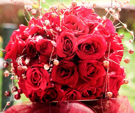Arreglo-con-rosas-rojasyperlas-doradas-detalle