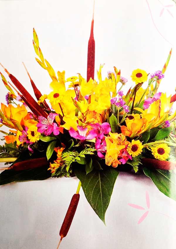 Diseno-floral-con-eneas-y-gladiolos