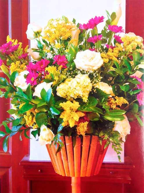 Rosas-blancas-hortensias-margaritas-magenta