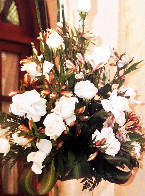 Adornos-florales-para-decorar-la-mesa-de-regalos-detalle