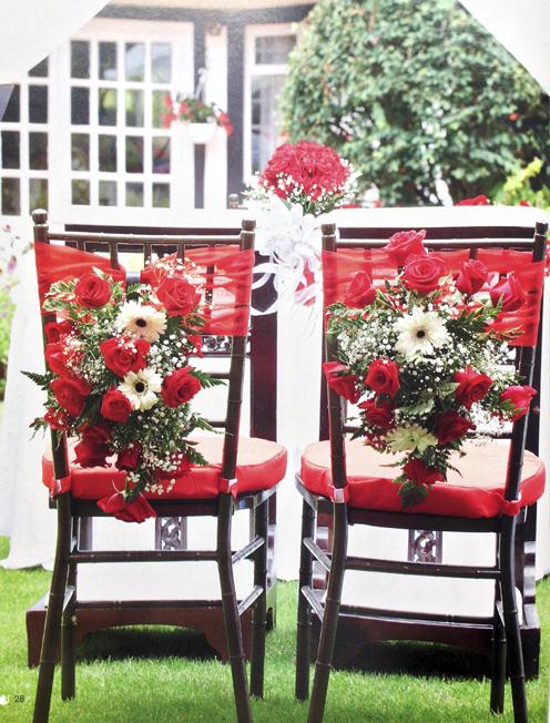 Aprende-como-hacer-un-arreglo-con-flores-para-las-sillas-de-tu-boda