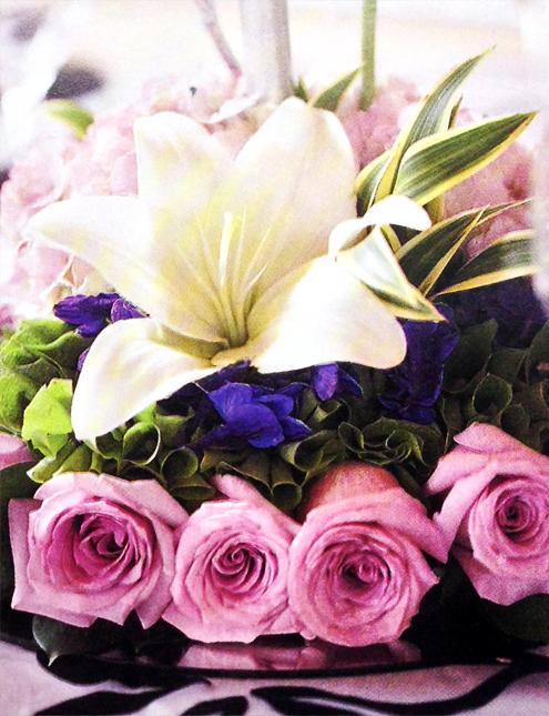 Arreglo-floral-bodas-rosas-lila-lirios-detalledos