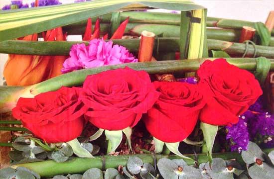 Decora-aniversario-con-claveles-rosados-rosasrojas-detalle