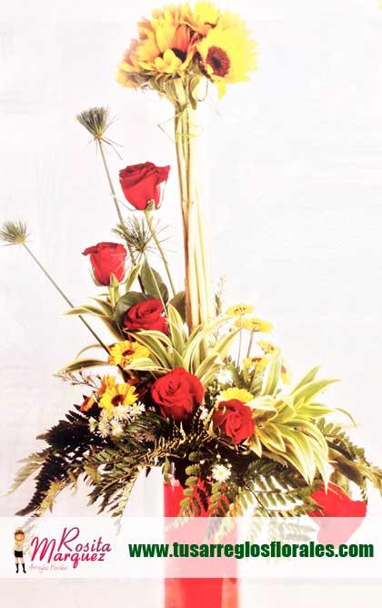 Arreglo-floral-exotico-con-girasoles-margaritas-rosas-rojas