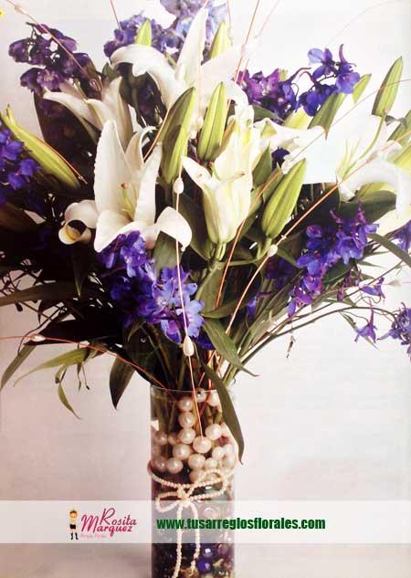 arreglo-floral-femenino-con-lirios-del-japon